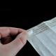 Libere el papel recubierto con silicona para proteger el adhesivo en las pulseras de papel tyvek